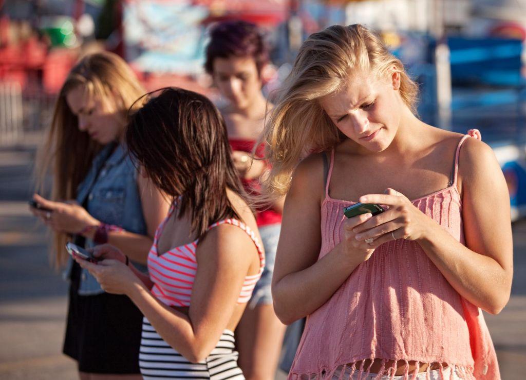 Vse več pešcev med hojo gleda v svoj telefon
