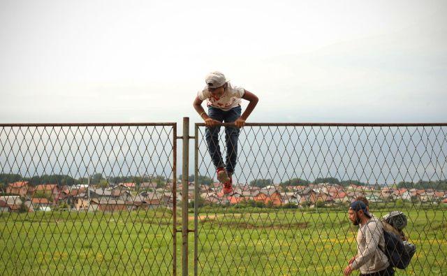 Begunci in migranti v improviziran kampu na obrobju Velike Kladuše. FOTO: Jure Eržen/Delo
