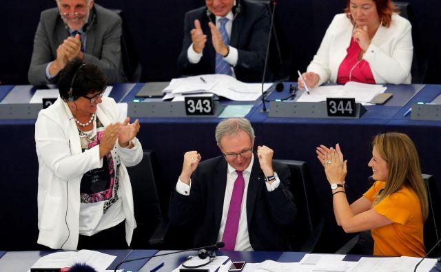 Glavni poročevalec parlamenta Axel Voss (na fotografiji na sredini spodaj) je po glasovanju dejal, je to dobro znamenje za kreativno industrijo v Evropi. FOTO: Vincent Kessler/Reuters