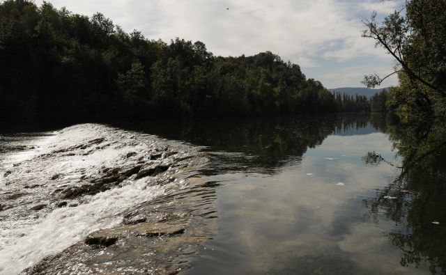 Pribežniki v Učakovcih čez reko največkrat prehajajo po jezu. FOTO: Uroš Hočevar/Delo
