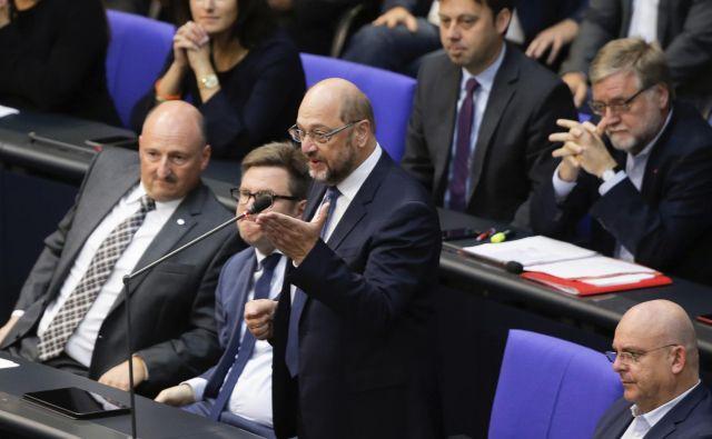 Nekdanji socialdemokratski kanclerski kandidat Martin Schulz je ogorčeno odgovoril, da na gnojišče zgodovine spadajo tako ptičji iztrebki kot Gauland, s čimer je opozoril na izjavo voditelja AfD, da so Hitler in nacisti samo ptičji kakec v nemški zgodovini. FOTO: AP
