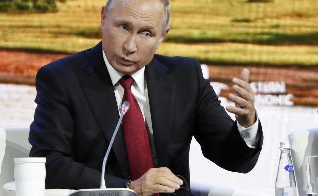 Vladimir Putin je na ekonomskem forumu v mestu Vladivostok na skrajnem vzhodu Rusije poudaril, da sta moška civilista. FOTO: AP