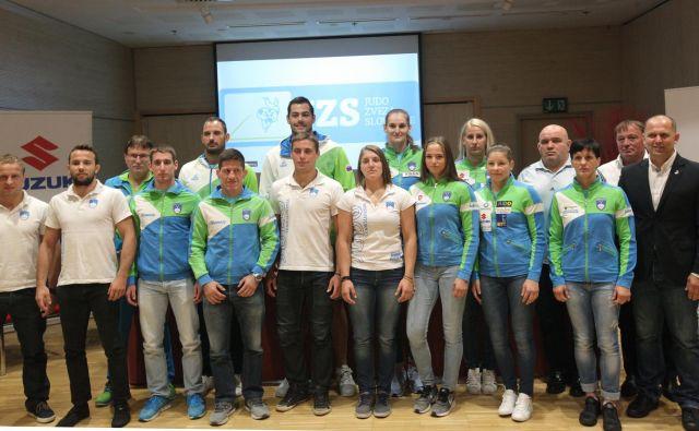 Slovenski judoisti na čelu z olimpijsko prvakinjo Tino Trstenjak (na fotografiji peta od desne) optimistično pričakujejo svetovno prvenstvo v Bakuju. FOTO: Mavric Pivk