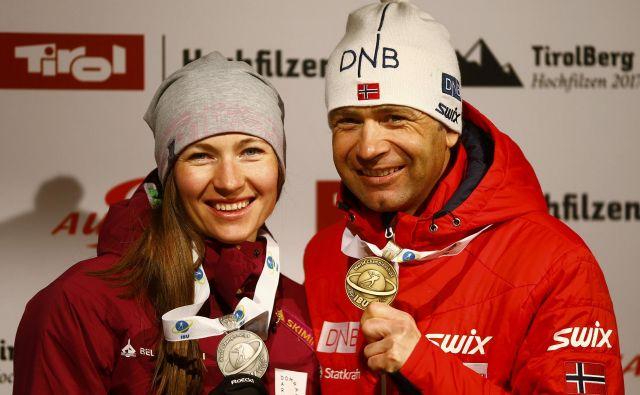 Darja Domračeva in Ole Einar Bjørndalen sta se takole lani veselila uspehov na svetovnem prvenstvu, zdaj pa uživata v poletju brez priprav.<br /> FOTO Reuters