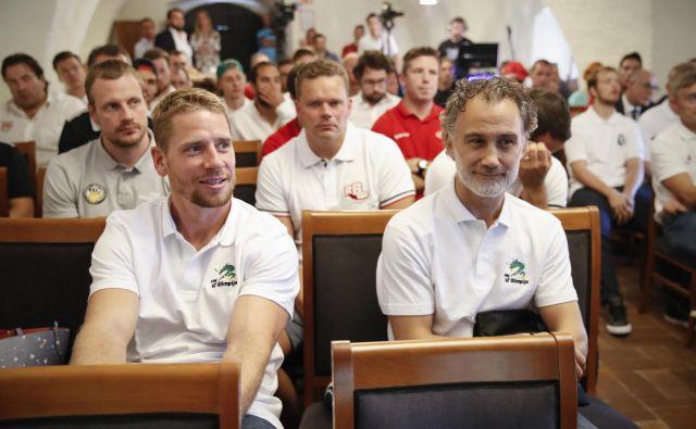 Na predstavitvi nove sezone AHL sta bila dobre volje Olimpijin kapetan Aleš Mušič (levo) in trener Jure Vnuk.<br /> FOTO Uroš Hočevar