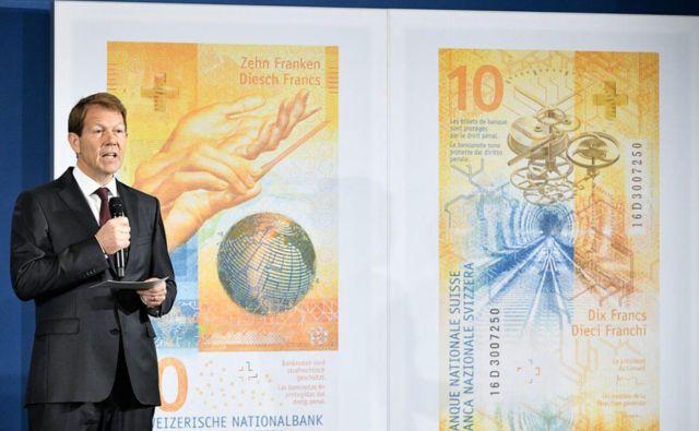 Ko so jih dali v obtok, je bankovce za deset frankov predstavil Fritz Zurbrügg, namestnik direktorja švicarske narodne banke. Foto Reuters