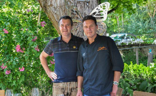 Sicherjeva brata – Michael (desno) je chef v kuhinji, Wolfgang med gosti. FOTO: Uroš Mencinger