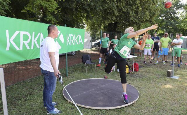 Podjetje enkrat letno organizira športni dan, na katerem se sodelavci Krke pomerijo v različnih športih. FOTO: SOJ Krka