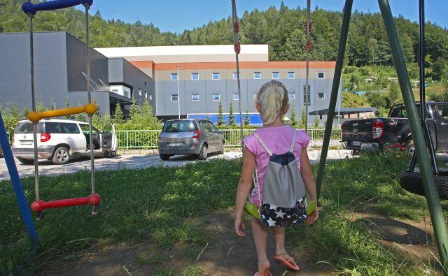 Otroško igrišče v Črni na Koroškem. V tej občini živi največ otrok s preseženimi mejnimi vrednostmi svinca v krvi. FOTO: Tadej Regent/Delo