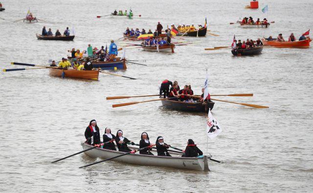 Na dirki lahko opazite različne velikosti in oblike čolnov z različnim številom posadk. Foto Hannah Mckay Reuters