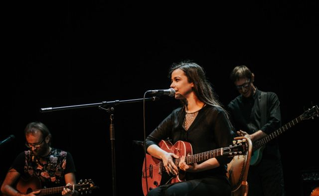 Severa Gjurin bo nastopila s kvartetom, ki ga sestavljajo kitarista Dejan Lapanja in Uroš Rakovec, kontrabasist Žiga Golob in bobnar Blaž Celarec. FOTO: Jana Šnuderl