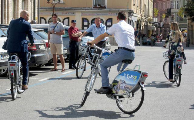 Od danes si je mogoče v Celju na osmih lokacijah izposoditi 35 koles, že prihodnji teden se bo sistemu izposoje pridružilo Laško in nato še šest okoliških občin. FOTO: Špela Kuralt/Delo