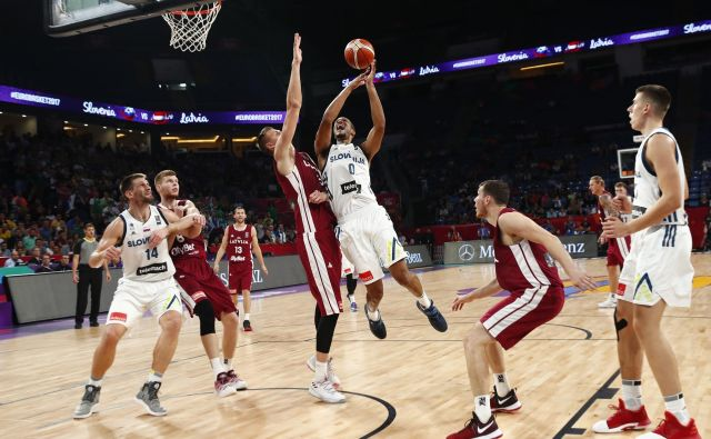 Anthony Randolph (z žogo), Gašper Vidmar (levo) in Vlatko Čančar se bodo morali pogumno udatiti z latvijskimi velikani. FOTO: Reuters