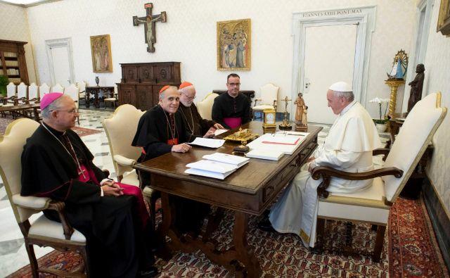 Papež Frančišek je danes v apostolski palači sprejel vodstvo škofovske konference ZDA, pogovor je tekel o duhovniških spolnih zlorabah otrok. FOTO: Vatican Media/Reuters