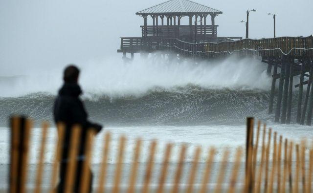 Vetrovi orkana Florence so se pred vzhodno obalo ZDA spet okrepili. FOTO: AFP