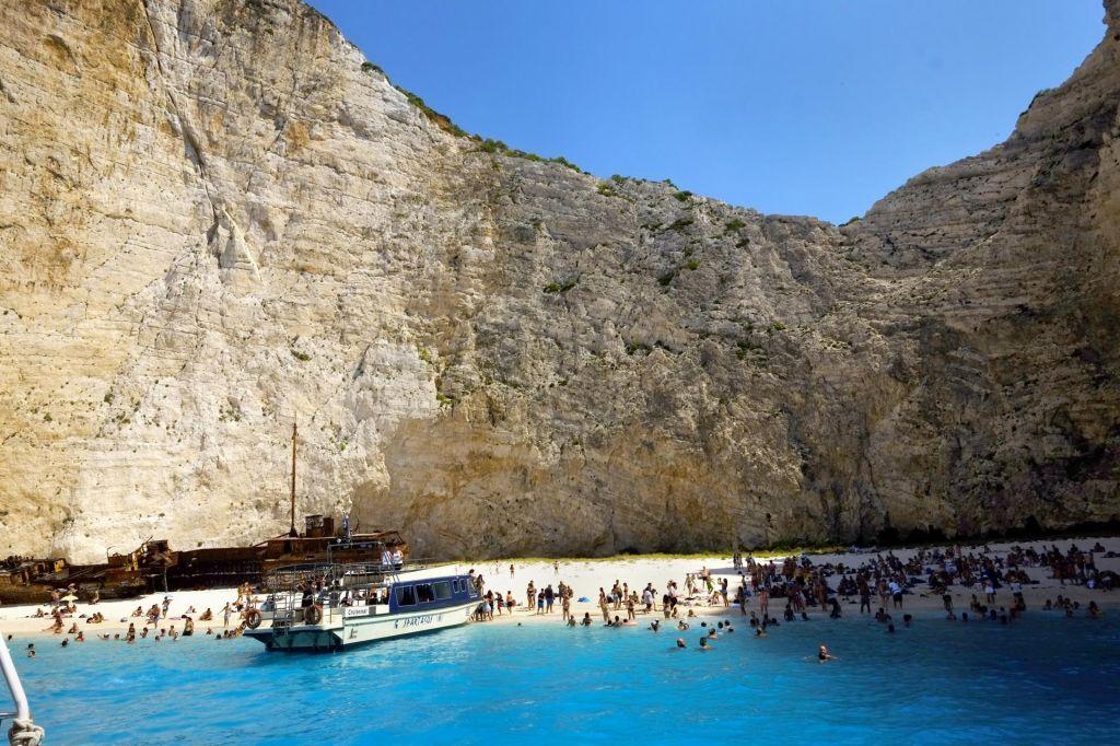 Znamenito grško plažo zasul plaz kamenja