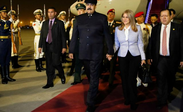 Nicolás Maduro in žena Cilia Flores ob prihodu v Peking FOTO: Reuters