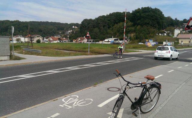 Nov odsek kolesarske steze se konča na pločniku, pazljivost pri prehodu ni odveč. Fotografije Aleš Stergar