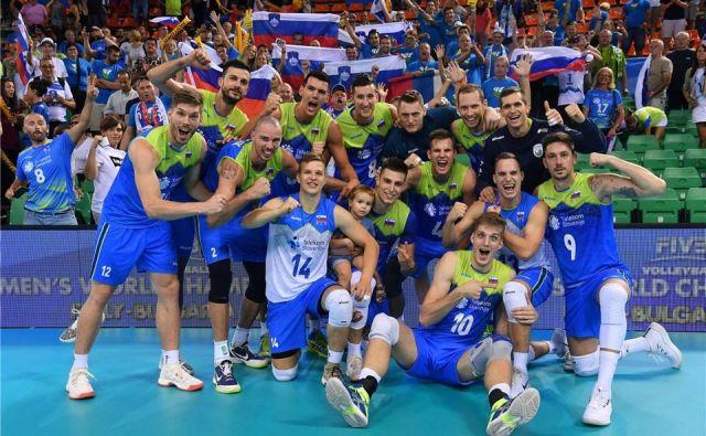 Slovenski odbojkarji so se takole veselili druge zmage na SP. Foto Ozs