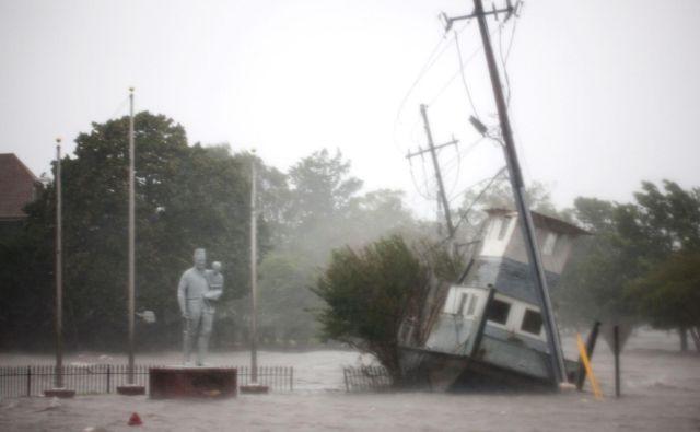 Zaradi orkana Florence je na tisoče ljudi ostalo brez elektrike.FOTO: Logan Cyrus/Afp