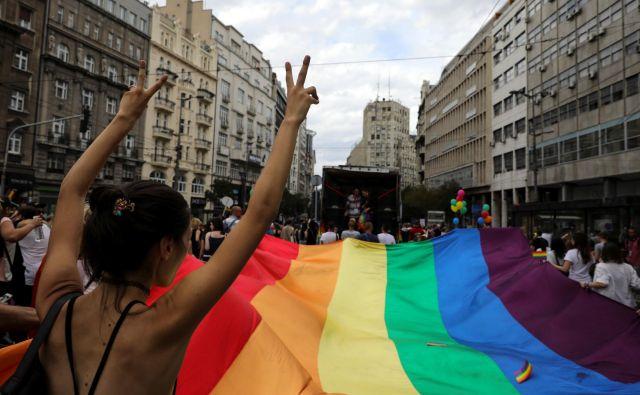 V organizaciji Civil Right Defender so poslancem v srbski skupščini izročili pismo, v katerem opisujejo diskriminacijo LGBT-skupnosti. FOTO: Reuters