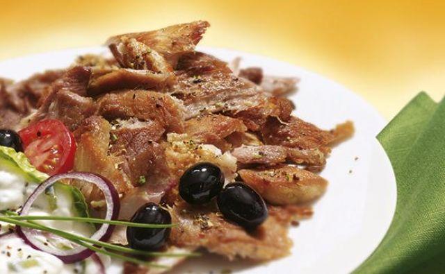 FOTO: Kotanyi / Giros z rdečo čebulo in olivami