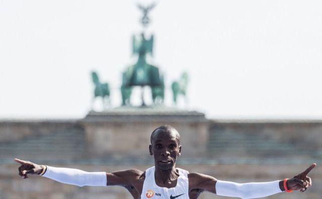 Eliud Kipchoge je po trasi berlinskega maratona dve uri, eno minuto in devetintrideset sekund drvel s povprečno hitrostjo 20,8 kilometra na uro. FOTO: John Macdougall/AFP
