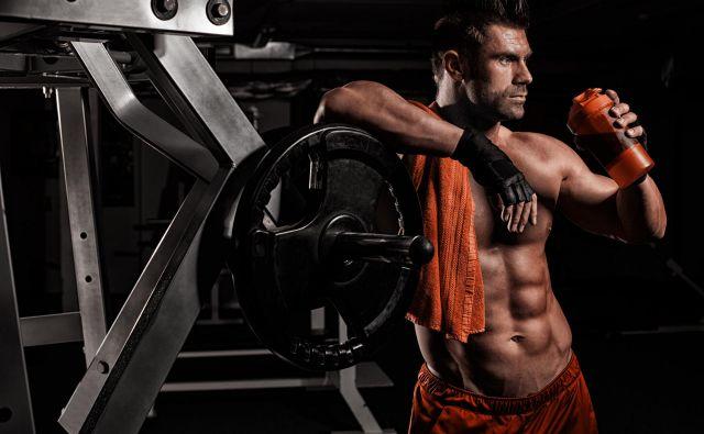 Oglasi z mišičnjaki, ki pijejo proteinske napitke, so zavajajoči. FOTO: Shutterstock