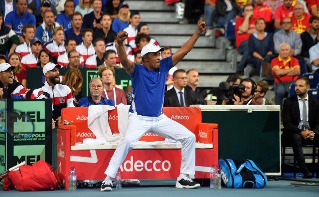 Kapetan Francije Yannick Noah je takole slavil zmago svoje reprezentance. FOTO: AFP