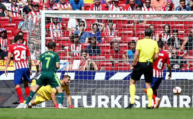 Atleticov vratar Jan Oblak (v rumenem) je bil skupaj s soigralci razočaran po tekmi z Eibarjem.