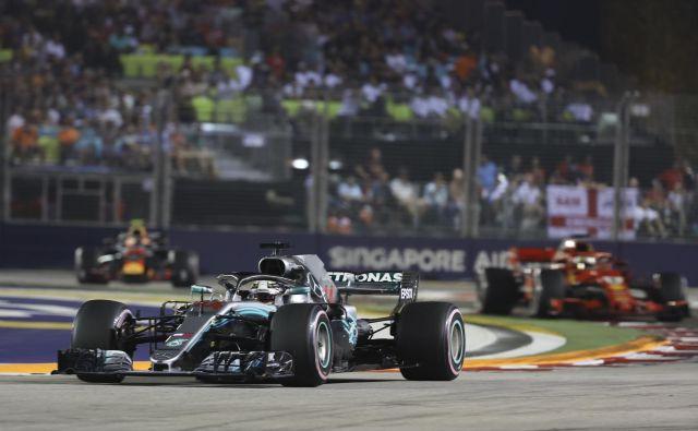 Lewis Hamilton je blestel pod žarometi v Singapurju. FOTO: AP