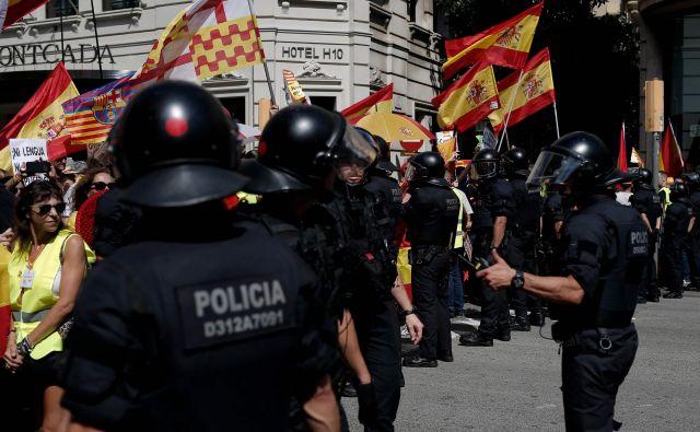 Policija se je zbala, da bi prišlo do spopadov med obema taboroma. FOTO: Pau Barrena/Afp