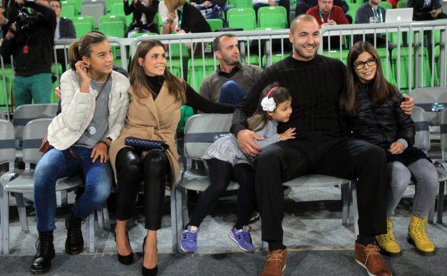 Marko Milič z družino na slovesnosti, na kateri je Olimpija upokojila njegov dres. FOTO: Blaz Samec