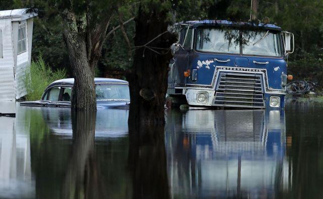 Poplave segajo več kot 300 kilometrov v notranjost, okrog večjih rek pa so ukazali evakuacijo več deset tisoč ljudi.FOTO: Chip Somodevilla/AFP