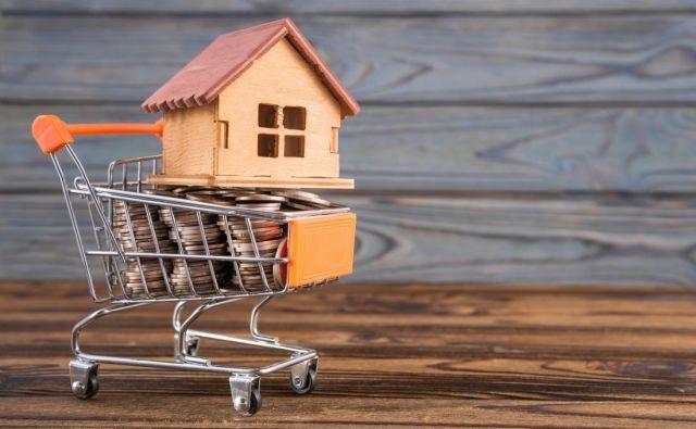 Čas je za zamenjavo dotrajane strešne kritine ali nov fasadni sistem, prihranki pa niso tolikšni, da bi zadoščali za vse stroške. Ker je investicija nujna, morate pri banki najeti kredit, a katerega?