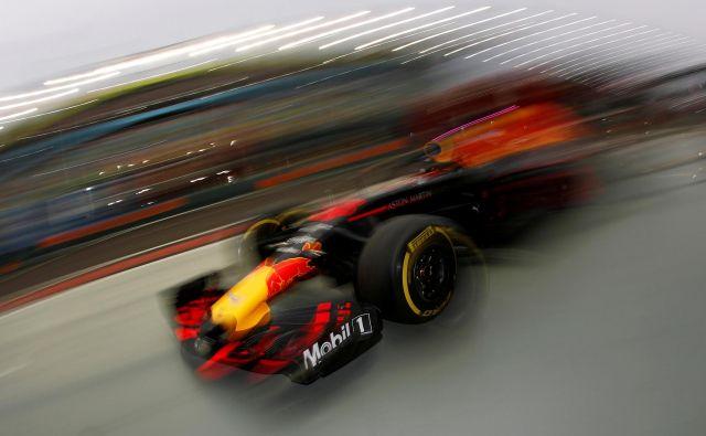 Scuderia Ferrari kljub agresivni taktiki na VN Singapurja ni mogla preprečiti zmage Lewisa Hamiltona, ki je slavil drugič zapored in četrtič na zadnjih petih dirkah. Dirkač Mercedesa je s tem povišal prednost pred Sebastianom Vettlom na 40 točk in ima odlično izhodišče, da si privozi že svoj peti naslov svetovnega prvaka. Foto Edgar Su Reuters