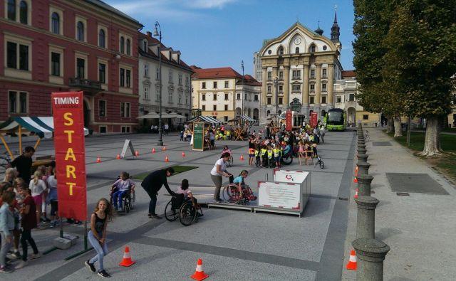 Otroci so preizkušali, kakšne ovire premagujejo ljudje na vozičkih, slepi in gluhi.<br /> FOTO Aleš Stergar