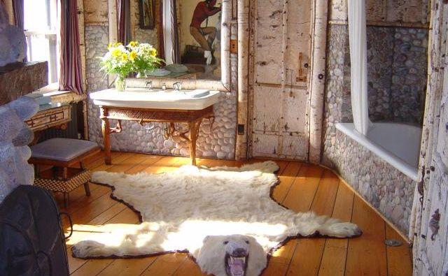 V brezovi kopalnici je pred kadjo preproga iz kože severnega medveda.