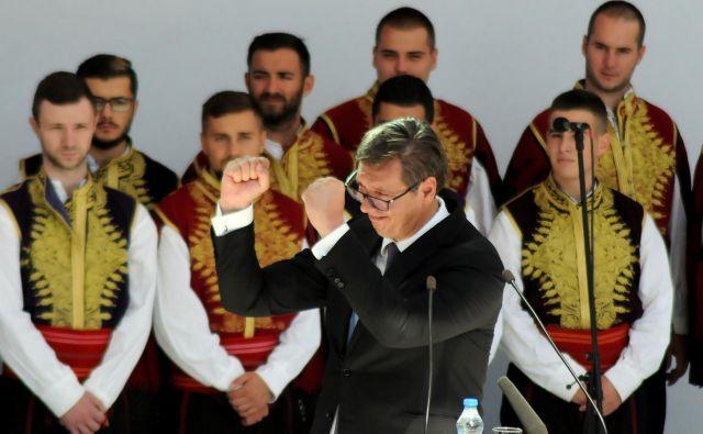 Ko se Aleksandar Vučić odpravi po naložbe, ki bodo »dramatično spremenile položaj Srbije«, se je pripravljen izpostaviti nevarnostim. FOTO: Reuters