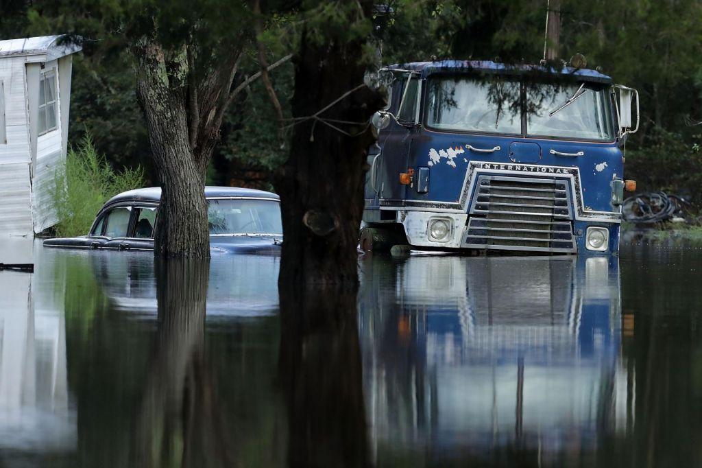 FOTO:V delih Severne Karoline padlo meter dežja