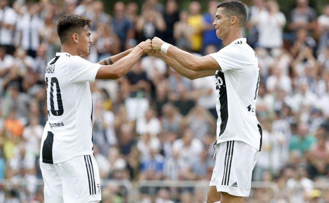 Argentinski as Paulo Dybala in portugalski zvezdnik Cristiano Ronaldo se v majicah Juventusa še nista povsem ujela. FOTO: AP