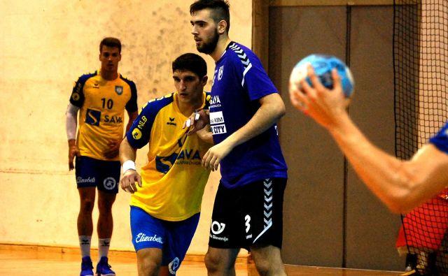 Stefan Žabić (v vijoličastem dresu, ob njem koprski igralec Jaka Moljk) je bil junak zmage proti Kopru z osmimi goli. FOTO: RK Maribor Branik