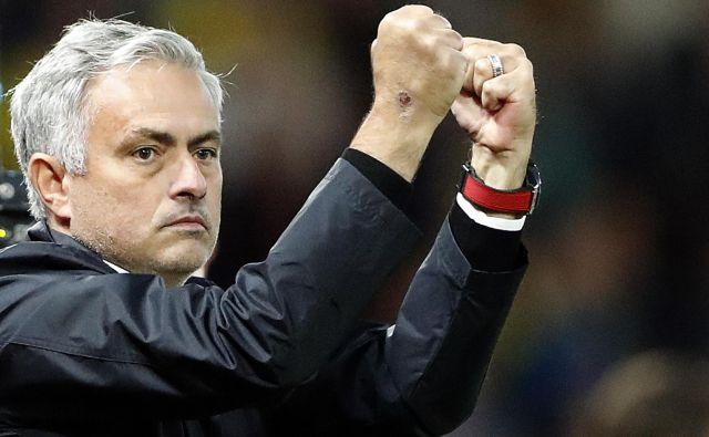 Jose Mourinho si je konec tedna takole oddahnil, ker bo Manchester United krenil v ligo prvakov z zmago v angleškem prvenstvu.