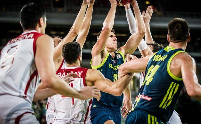 Gašper Vidmar (desno) živi v negotovosti, v ospredje bi moral stopiti 21-letni Vlatko Čančar (z žogo). FOTO: FIBA