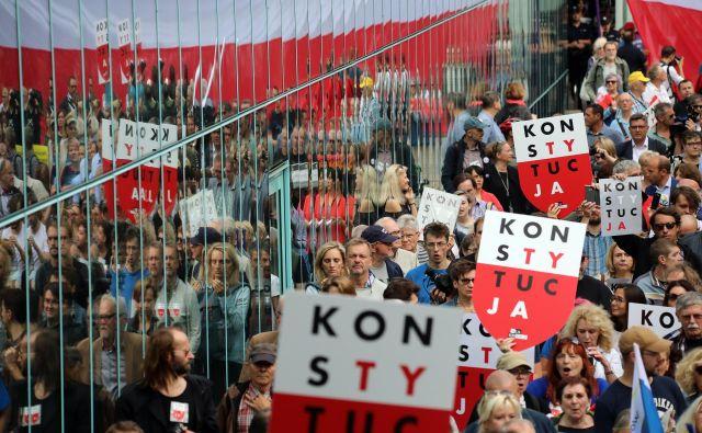 Protestniki v Varšavi na shodu proti spremembizakonodaje o vrhovnem sodišču. FOTO: Agencja Gazeta/Reuters