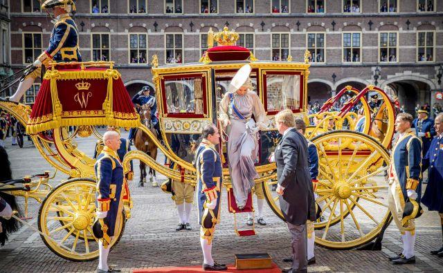 Nizozemski kralj Willem-Alexander in kraljica Maxima izstopata iz kraljeve kočije pred zgradbo Ridderzaal v Hagu. V tej stavbi ob dnevu princa vsako leto hkrati začnejo tudi novo parlamentarno sezono. Kralj ima ob tej priložnosti v viteški dvorani govor. FOTO: Robin Utrecht/AFP