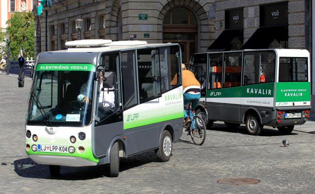 Za brezplačne prevoze po ožjem središču skrbi šest Kavalirjev.<br /> FOTO Blaž Samec/Delo