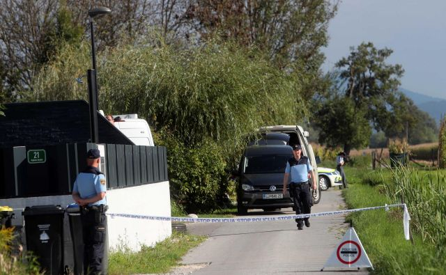 V Črni vasi je včeraj počilo, preiskovalce zanima, ali je bil v ozadju poskus ustrahovanja. FOTO: Igor Mali
