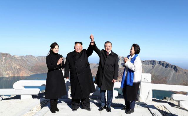 Severnokorejski voditelj Kim Džon Un in južnokorejski predsednik Mun Dže Inon sta ob koncu tridnevnega vrha obiskala še goro Paektu, ki predstavlja sveto goro za vse Korejce. FOTO: AFP