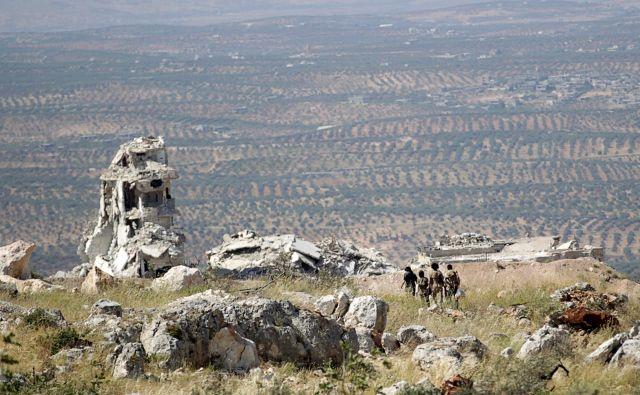 V Idlibu je med bolj ali manj »umirjenimi« uporniki ujetih tri milijone civilistov. FOTO: Khalil Ashawi/Reuters